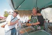 Der Food-Festival-Besucher Pius Eberhard aus Hünenberg probiert ein afro-karibisches Gericht am Essensstand von Ejay Aninye. Bild: Roger Zbinden (Cham, 4. August 2018)