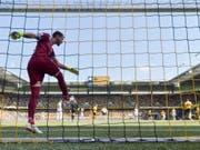 FCZ-Goalie Yanick Brecher muss den Ball viermal aus dem eigenen Netz fischen und Richtung Mittelpunkt kicken (Bild: KEYSTONE/PETER KLAUNZER)