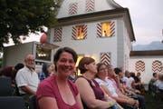Daniela von Ah aus Alpnach (vorne links) und andere Besucher vor einer Kino-Vorstellung auf dem Landenberg in Sarnen. (Bild: Patricia Helfenstein-Burch (Sarnen, 2. August 2018))