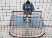 Der im Schweizer Eishockey neue, blau eingefärbte Torraum lässt die gegnerischen Spieler links und rechts des Pfostens näher ans Gehäuse heran. (Bild: Mario Gaccioli)