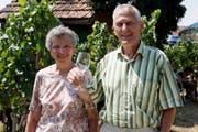 Die Besucher Silvia und Oskar Kradolfer geniessen mitten im Rebberg ein Glas Wein. (Bild: Andreas Taverner)