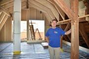 Bauherr Marcel Rüttimann in einer der neuen Dachgauben mit alten und neuen Balken.
