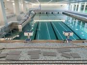 Das Wasserbecken im Hallenbad Oberuzwil ist schon fast vollständig gefüllt. Ab Montag läuft der Betrieb nach sechs Wochen Pause wieder. (Bilder: Angelina Donati)