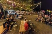 Die Strandfestwochen sind auch dank des heissen Wetters ein Erfolg beim Publikum. Schattenplätze gibt es reichlich. (Bild: PD/Cyrill Schlauri)