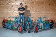 Kilian Kurmann in seiner Werkstatt mit drei Exemplaren der Einachser-Motorräder. (Bild: Pius Amrein (Gettnau, 30. Juli 2018))