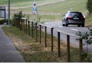 Um wildes Parkieren an der Talstrasse beim Freibad in Muri zu verhindern hat die Gemeinde auf dem Grünstreifen zwischen Gehweg und Strasse Absperrungen bauen lassen. (Bild: Stefan Kaiser (Zug, 06.August 2018))