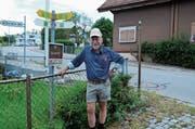 Peter Eggenberger neben einer der Tafeln des Witzwanderweges. (Bild: ASZ)