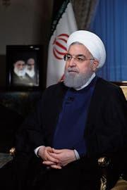 Irans Staatspräsident Hassan Rohani am Montagabend während eines Interviews im staatlichen Fernsehen. (Bild: EPA, Teheran, 6. August 2018)