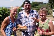 Susy Krucker mit Jean-Pierre Pettit aus Ellikon an der Thur. Er probiert besagten Winzer Hot Dog. (Bild: Andreas Taverner)