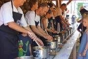 15 leckere Eintöpfe von ebenso vielen Köchen konnten probiert werden. (Bild: PD/Sonja Maurer)
