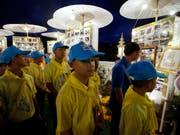 Die aus einer Höhle in Thailand geretteten Fussballjunioren haben das Kloster verlassen und sind zurück in der Schule. (Bild: KEYSTONE/AP/SAKCHAI LALIT)