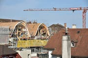 Die zwei zusätzlichen Dachgauben entstehen in den geschwungenen Formen des bestehenden Dachstuhls – eine Vorgabe, die die Fachkommission Ortsbild gemacht hat. Das Gerüst und der Kran sind mittlerweile bereits wieder weg. (Bild: Mario Testa)