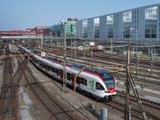 Der Bahnverkehr mit Personen und Gütern ist im zweiten Quartal leicht gewachsen. (Bild: KEYSTONE/GEORGIOS KEFALAS)