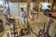 Ohne Pflug ging schon früher in der Landwirtschaft nichts. Niklaus Lüthi, Rolf Baumann (Stiftungsratsmitglied Ortsmuseum Wängi) und Theres Lüthi schwelgen in Erinnerungen. (Bild: Christoph Heer)