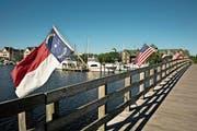 Blick auf die Geburtsregion der englischen Kolonialgeschichte auf heutigem US-Boden: eine beflaggte Brücke in Manteo auf Roanoke Island. (Bild: Alamy Stock Photo)