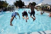 Eine der naheliegendsten Strategien bei dieser Hitze: Kopf voran ins Wasser springen. (Bild: Nana do Carmo)