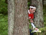 Daniel Hubmann kämpft sich durch unwegsames Gelände (Bild: KEYSTONE/ORIENTEERING WORLD CUP FINAL/REMY STEINEGGER)