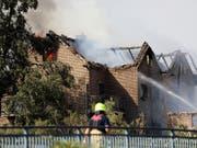Der Brand einer Böschung in Siegburg griff auf mehrere Häuser direkt an der Bahnlinie Köln-Frankfurt über. (Bild: Keystone/DPA/OLIVER BERG)