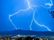 Ein Blitz hat am frühen Dienstagmorgen bei der Nationalbank in Bern eingeschlagen. (Bild: KEYSTONE/ALESSANDRO DELLA BELLA)