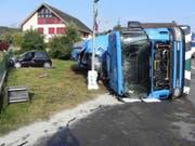 Am Dienstagmorgen hat sich ein Chauffeur bei einem Verkehrsunfall verletzt. Sein Lastwagen kippte und verlor die Ladung. (Bild: Kapo Thurgau)