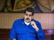 Präsident Maduros Thron wackelt. Aus Sicht der venezolanischen Opposition war das Attentat vom Samstag in Caracas inszeniert. (Bild: KEYSTONE/EPA EFE/MIGUEL GUTIERREZ)