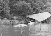 Die Flutwelle nach dem Felsabbruch 1964 am Bürgenstock zerstörte die Fischerei Waldis und die Bootsvermietung Würth in Weggis. Bild: Verein historisches Archiv Weggis