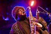 Der amerikanische Musiker Kamasi Washington an einem Konzert im Astra in Berlin. (Bild:Frank Hoensch/Redferns)
