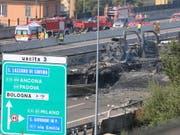 Nach dem Unfall und der Explosion auf einer Autobahn in Bologna will sich die italienische Regierung für sicherere Lastwagentransporte einsetzen. (Bild: KEYSTONE/EPA ANSA/GIORGIO BENVENUTI)