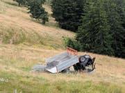 Das Unfallfahrzeug im Wiesland. (Bild: Geri Holdener/Bote der Urschweiz)