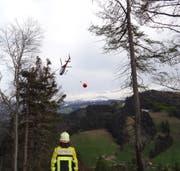 Ein Helikopter warf fünf Wasserladungen ins Waldgebiet Maton. (Symbolbild: Kapo SG)