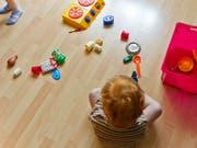 Die Behörden ziehen preisgünstiges Spielzeug aus Internetshops aus dem Verkehr, weil es Kleinkinder gefährden könnte. (Bild: KEYSTONE/ENNIO LEANZA)