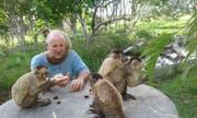 Urs Büchler mit einigen seiner Affen. (Bild: PD)
