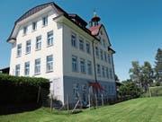 Das ehemalige Schulhaus Lachen umfasst heute sechs Wohnungen. (Bild: Benjamin Schmid)