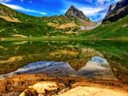 Glasklar und eiskalt: Der Seewlialpsee im Kanton Uri. Bild: Yasmin Kunz (14. Juli 2018)