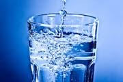 Sauberes klares Wasser im Glas: In der Schweiz entspricht das Hahnenwasser fast immer Trinkwasserqualität. (Bild: PD)