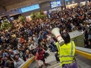 Grosses Gedränge wegen des falschen Sprengstoffalarms am Dienstag auf dem Frankfurter Flughafen. (Bild: Keystone/EPA/THORSTEN WAGNER)