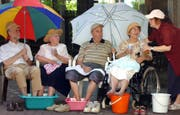 Senioren kühlen ihre Beine im Hitzesommer 2003: Nach jener Hitzewelle führten die Westschweizer Kantone Hitzepläne ein. Jetzt ziehen die Deutschschweizer langsam nach. (Bild: Keystone/DPA/Waltraud Grubitzsch; Leipzig, 7. August 2003)