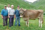 Besitzer Andreas Risi, OK-Präsident Werner Durrer, Bruno von Wyl von der Firma Leister, sowie Stefan Risi, Sohn des Besitzers, präsentieren den Siegerpreis des diesjährigen Allweg-Schwinget: das Rind Bianca. (Bild: PD)