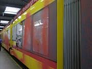 Unbekannte haben am Dienstag in Binningen BL ein fahrendes Tram mit Farbe bespritzt. (Bild: zvg/Polizei BL)