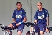 Vergangene Zeiten: Gelson Fernandes und Valon Behrami auf dem Hometrainer während des Trainingslager der Schweizer Nationalmannschaft. (Bild: Marc Schumacher/freshfocus (Lugano, 31. Mai 2018)