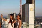 Zehn Jahre nach ihrer Rettung ist die Commerzbank noch immer zu 15 Prozent in Staatshänden. (Bild: Alex Kraus/Bloomberg (Frankfurt, 5. August 2018))