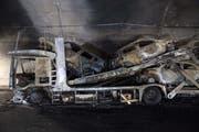 Der ausgebrannte Autotransporter im Piottino-Tunnel (Bild: Davide Agosta / Keystone (Faido, 7. August 2018))