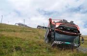 Der Motorkarren geriet beim Rückwärtsfahren von der Strasse und stürzte rund 60 Meter den Hang hinunter. (Bild: PD/Kantonspolizei Schwyz)