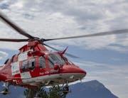 Zur Koordination des Einsatzes landete die Rega auch auf dem Landeplatz Chaltbach. (Bild: Geri Holdener/Bote der Urschweiz)