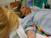 Behandelt nach einem Herzinfarkt eine Ärztin die Patientin, ist deren Überlebenschance laut einer Studie besser, als wenn ein Arzt die Behandlung vornimmt. (Bild: KEYSTONE/YOSHIKO KUSANO)