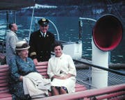 Kapitän Georg Huber mit Passagierinnen auf dem Dampfschiff Gallia. Bild: Archiv luzerner.dampfschiff.ch