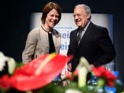 FDP-Präsidentin Petra Gössi (links) hat sich bei der Frage um die Nachfolge von Bundesrat Johann Schneider-Ammann (rechts) selber aus dem Rennen genommen. Sie verzichte auf eine Kandidatur, sagte sie in einem TV-Interview. (Bild: KEYSTONE/LAURENT GILLIERON)