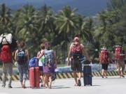 Abreise: Viele Touristen wollen nach den Erdbeben die indonesische Ferieninsel Lombok verlassen. (Bild: KEYSTONE/EPA/ADI WEDA)