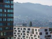 Die Gefahr, dass sich eine Immobilienblase bildet, hat abgenommen - insbesondere wegen gesunkener Preise für Eigentumswohnungen. (Bild: KEYSTONE/GAETAN BALLY)