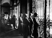 Soldaten bewachen während des Generalstreiks 1918 hinter verschlossenen Gittertürendas Bundeshaus in Bern. (Bild: KEYSTONE/PHOTOPRESS-ARCHIV RIA/Str)